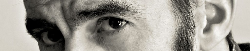 Banner ojos de Ignacio Iglesias fotografiado por Luis del Amo