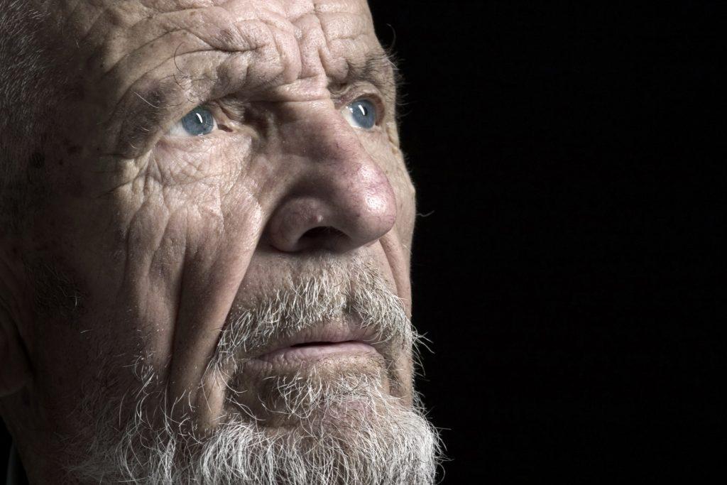 Anciano pensativo: ¿El rescatador?