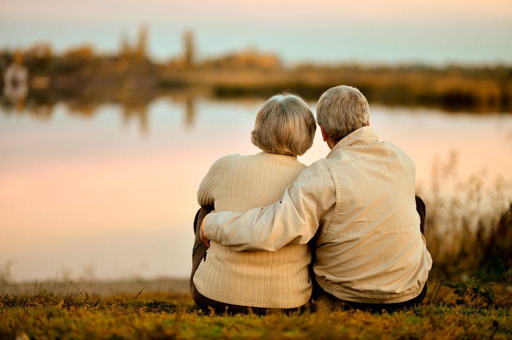 Pareja de ancianos contemplando el paisaje: ¿El rescatador y su viejita?